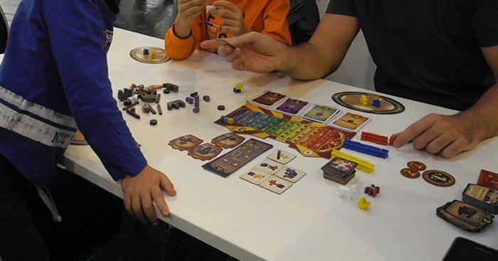 Intorno al tavolo con un gioco per famiglie
