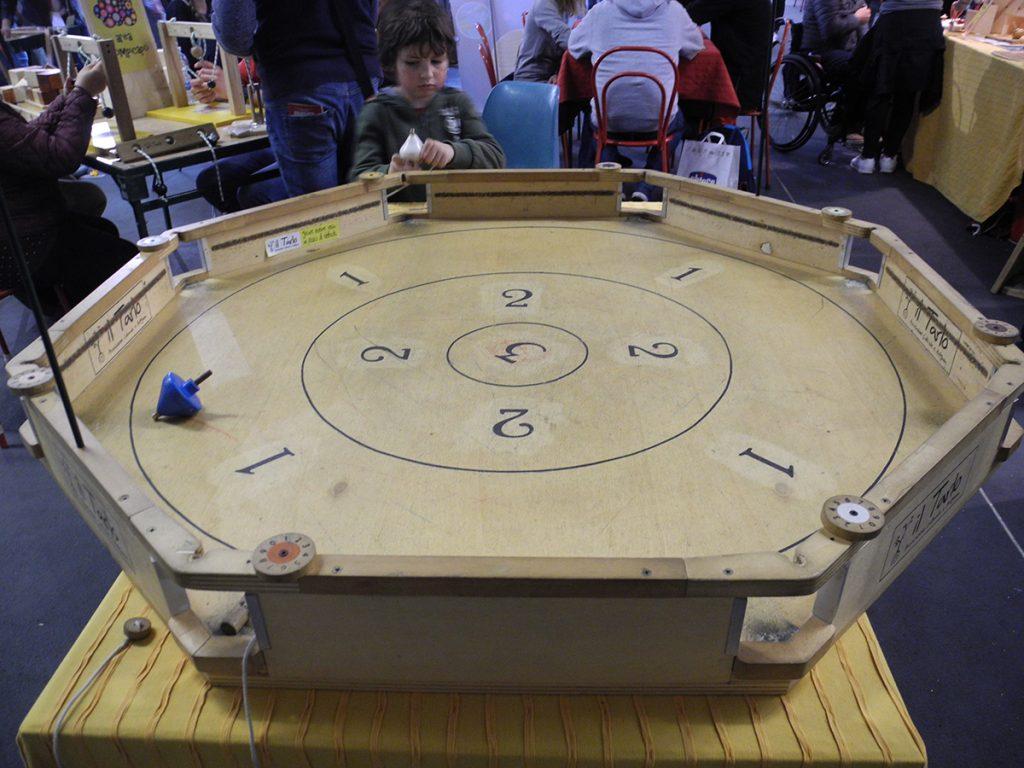 Giochi in legno - gara di trottole