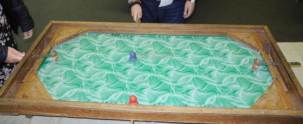 Giochi in legno - il calcetto, un campo in cui si cerca di fare segno muovendo i pedoni con dei magneti