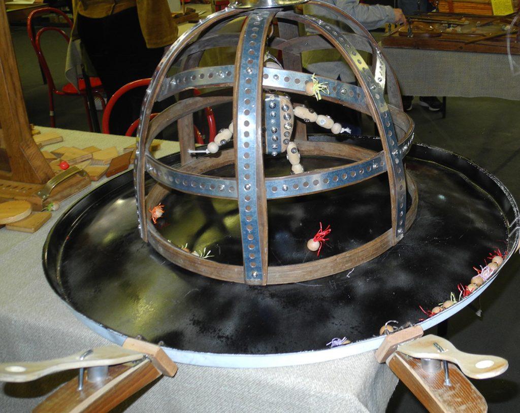 Giochi in legno - il saraceno, un pupazzetto in legno all'interno di una gabbia da colpire con dardi magnetici