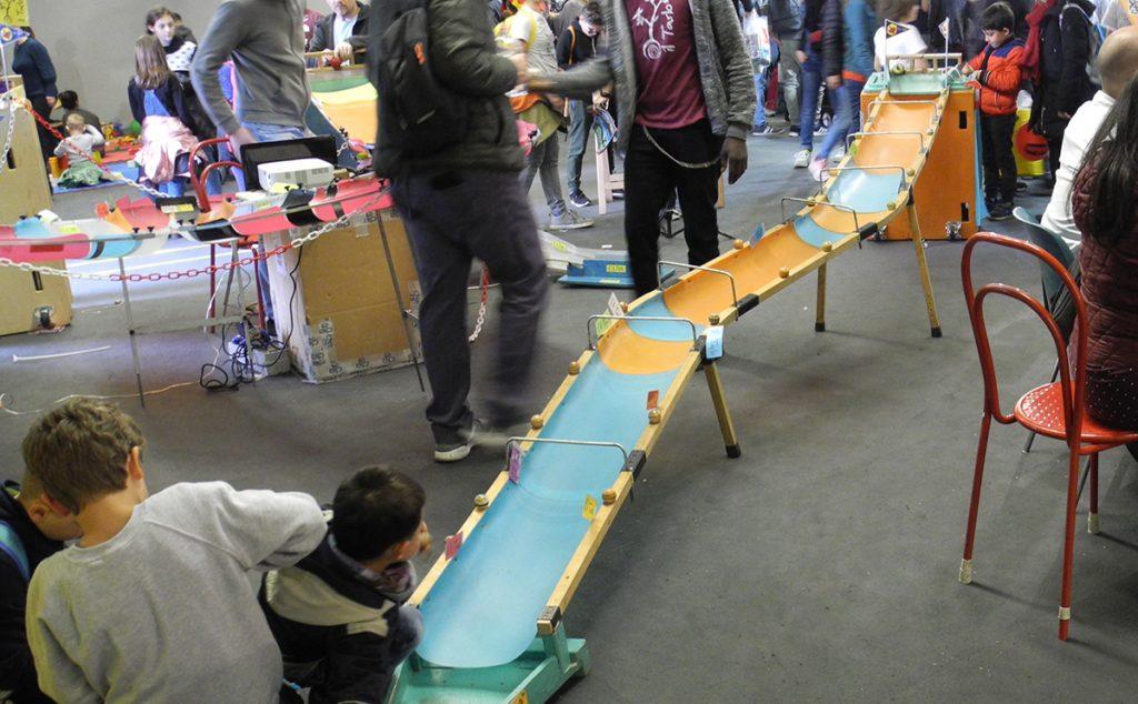 Giochi in legno - pista delle trottole, un percorso in discesa su cui sfidarsi