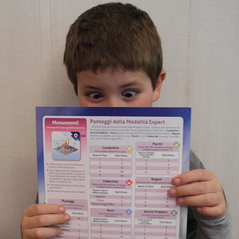 Spiegare un gioco - un altro bambino, un altro regolamento, stessi occhi sbarrati