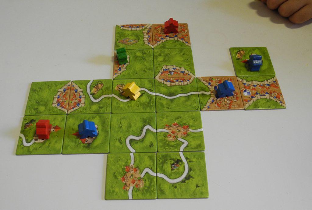 Un inizio di partita a Carcassonne, con tessere paesaggio già disposte e pedine giocate