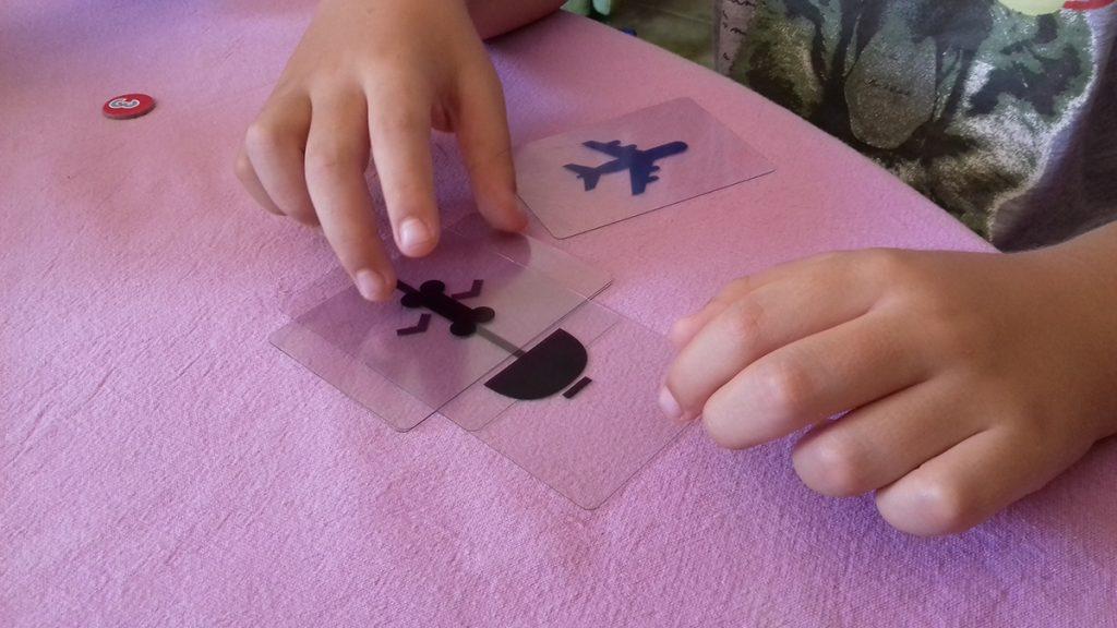 Lorenzo compone la sua parola con le carte trasparenti