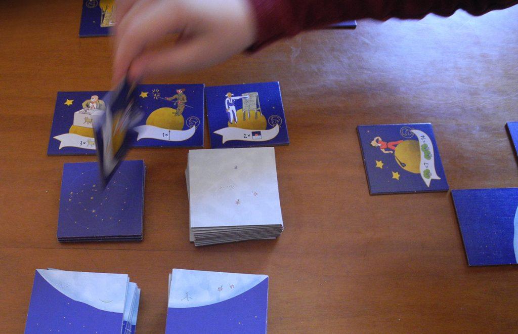 Lorenzo scopre le tessere da assegnare nel turno corrente de il Piccolo Principe