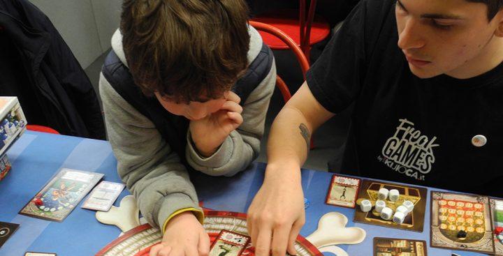 Lorenzo scopre le tessere da scegliere nel turno de Il Piccolo Principe