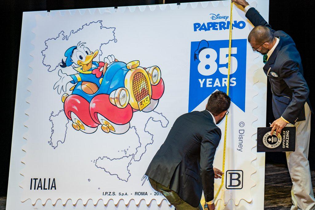 Lucca Comics and Games - il francobollo di Paperino misurato per entrare nel Guinness dei primati