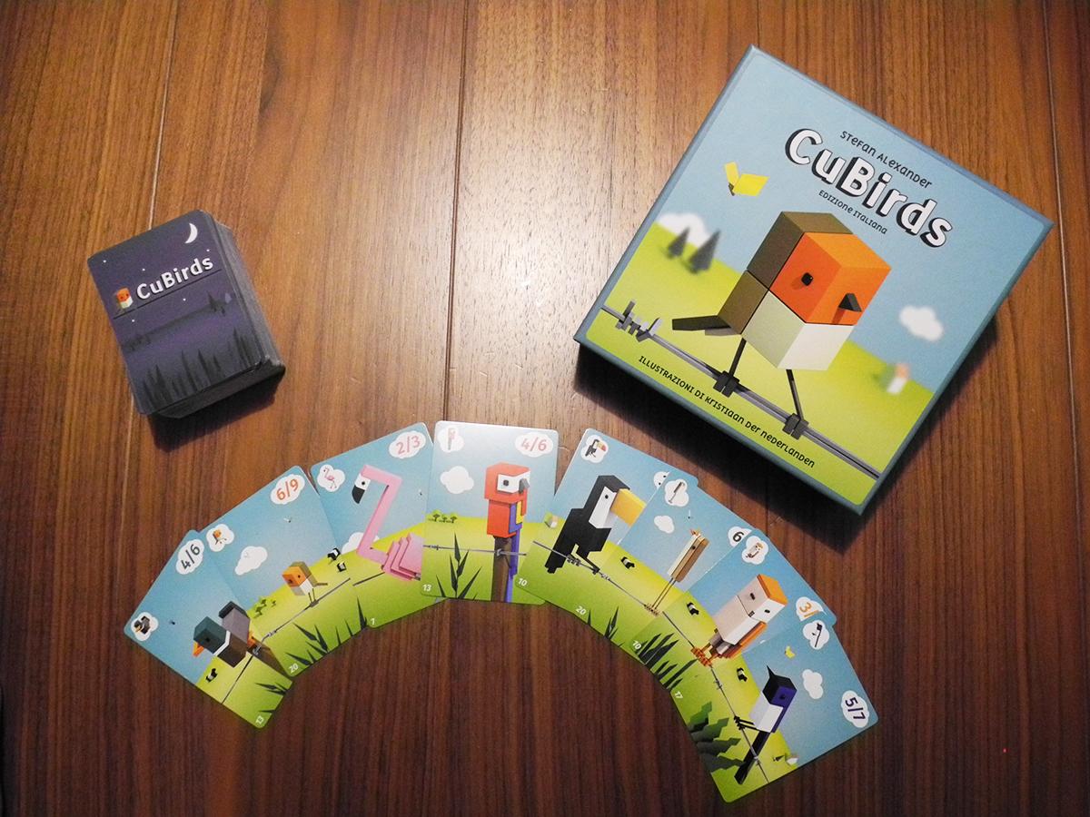 Il mazzo di carte contenuto della scatola di Cubirds, in evidenza le 8 razze di uccellini