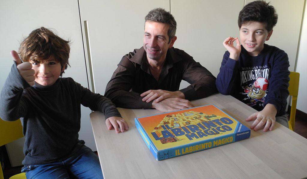 Il Labirinto Magico - papà e bambini intorno al tvolino con la scatola del gioco