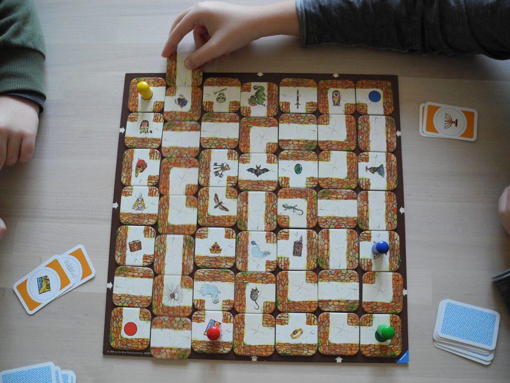 Giocando la tessera ad ogni turno una fila di tessere slitta e il labirinto cambia
