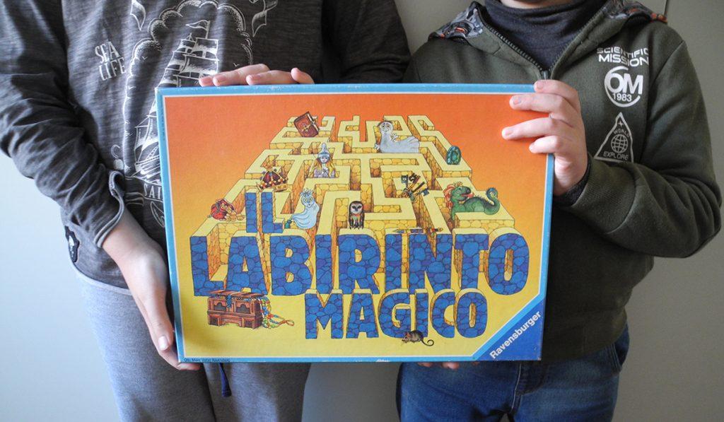 Labirinto magico - la scatola del gioco tenuta da Davide e Lorenzo