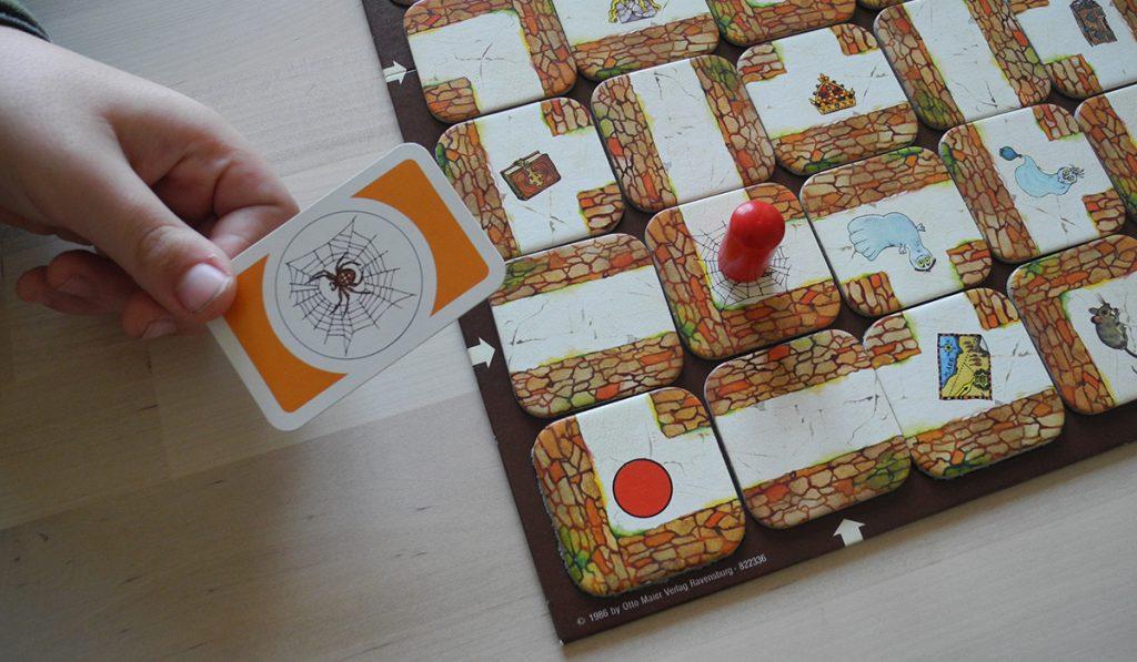 Labirinto magico - portando il pedone su un oggetto lo si raccoglie e si scarta la carta