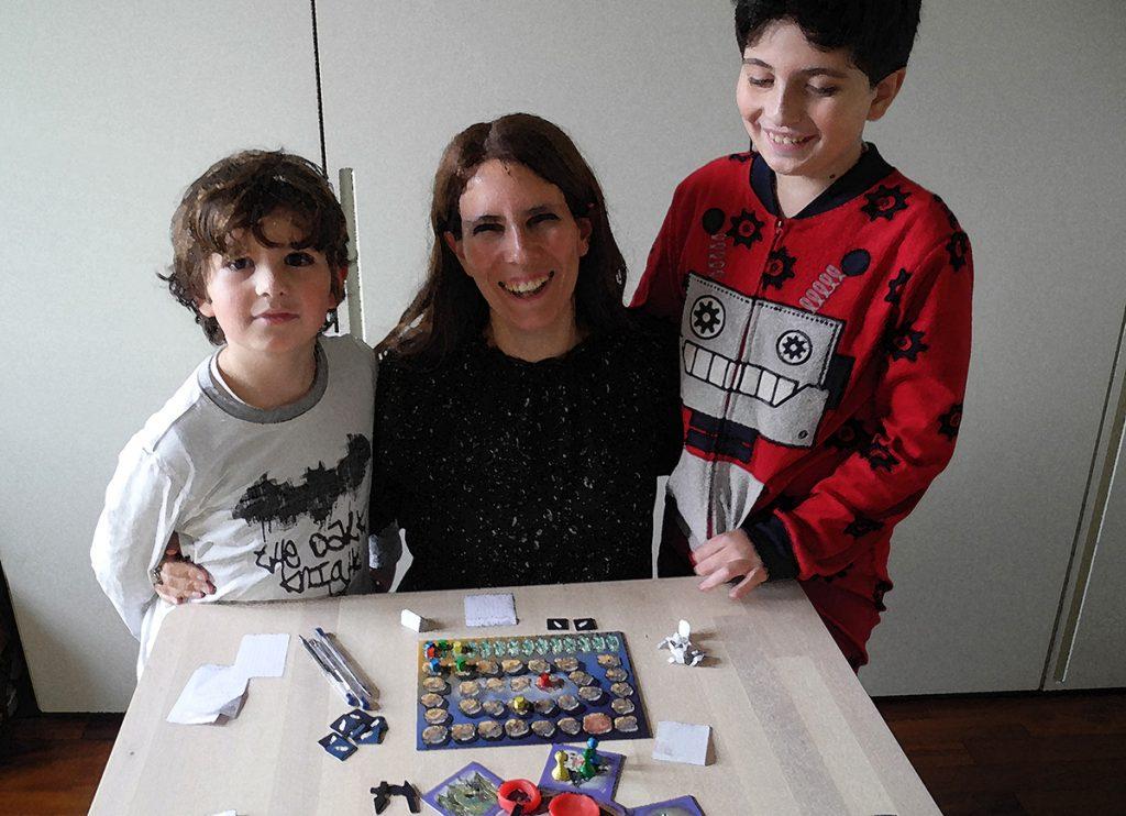 Claudia, Davide e Lorenzo intorno al tavolo a fine partita