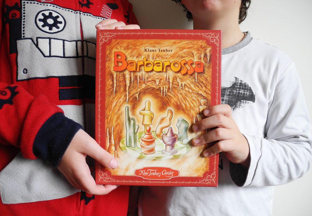 La scatola del gioco Barbarossa retta da Davide e Lorenzo