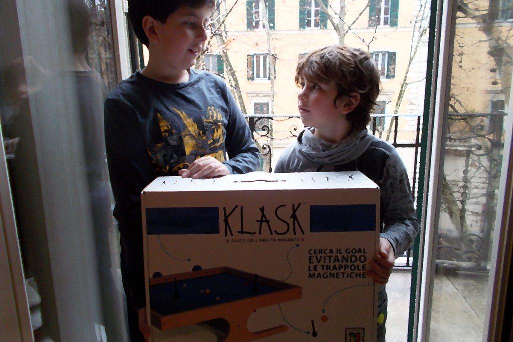 Davide e Lorenzo con la scatola di Klask