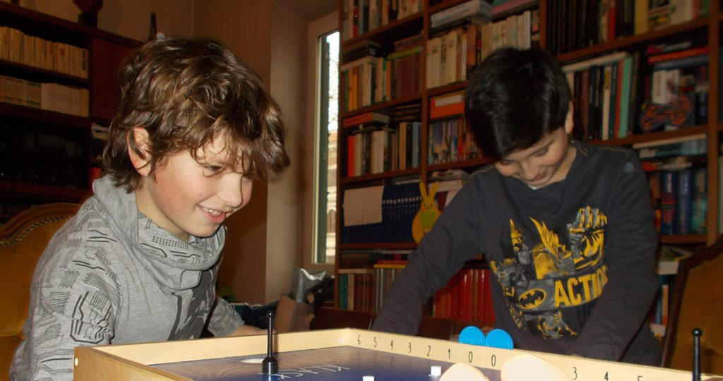 Lorenzo gioca concentratissimo a Klask!