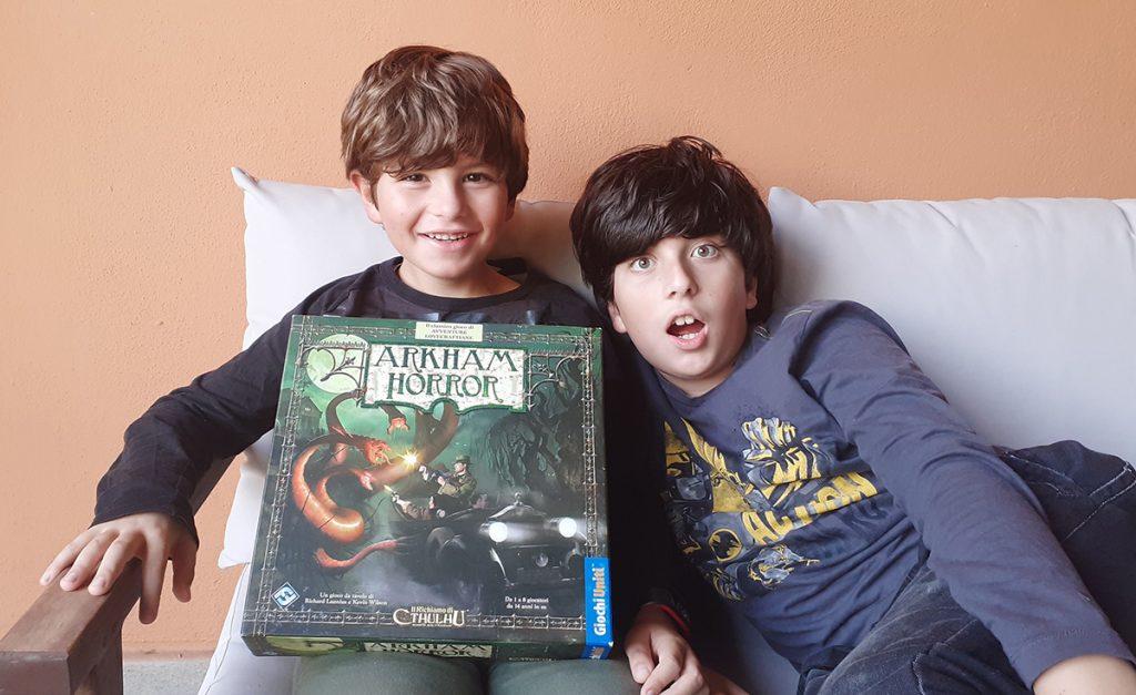 I bambini con la scatola del gioco di Arkham Horror