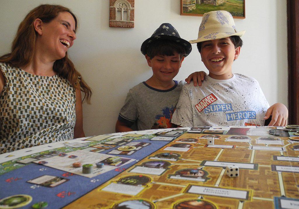 A fine partita, mamma e bambini al tavolo da gioco felici per la vittoria