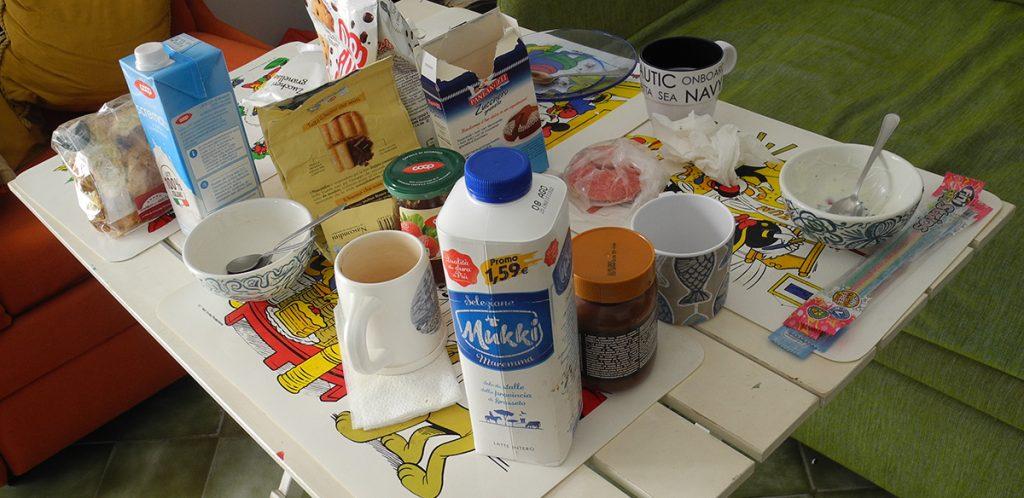 La colazione apparecchiata sul tavolino piccolo!