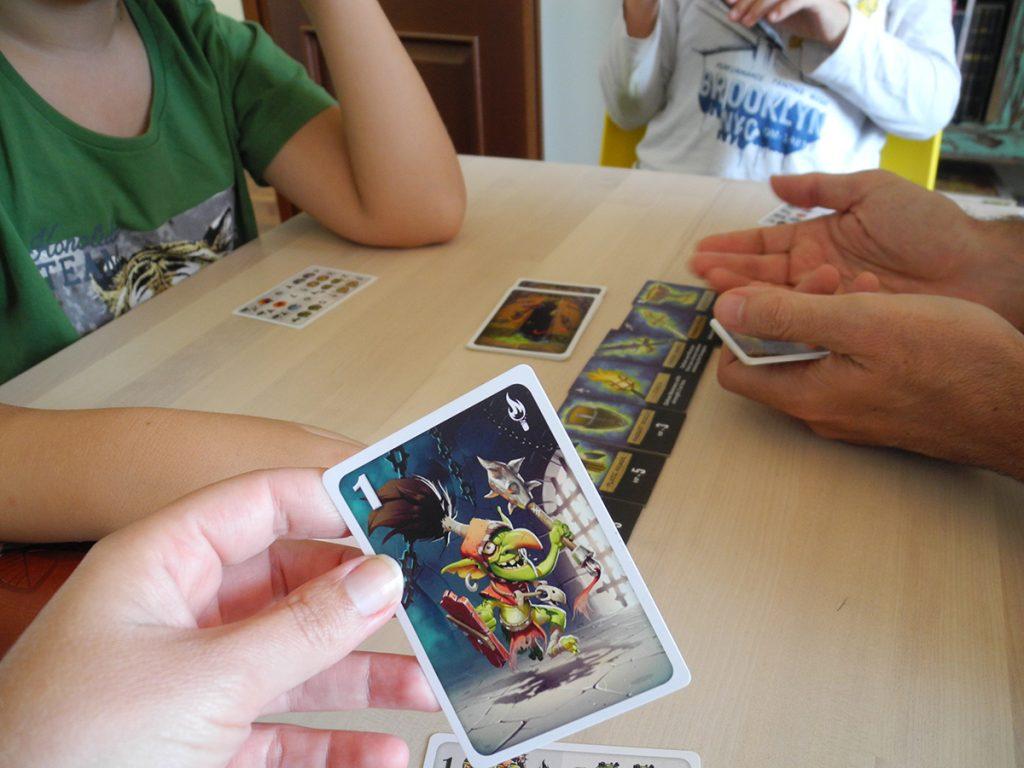 Si scopre la carta e si vede, ognuno sa solo le carte che mette!