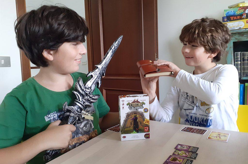 Davide e Lorenzo con la scatola di Welcome to the Dungeon