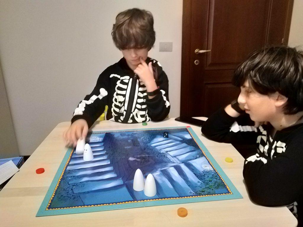 Davide e Lorenzo giocano a La scala dei Fantasmi