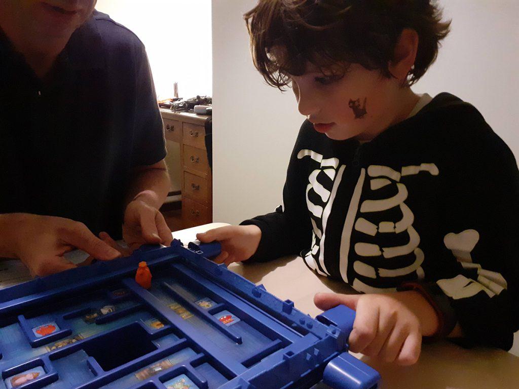 Lorenzo gioca concentratissimo ad Acchiappamostri muovendo le bacchette