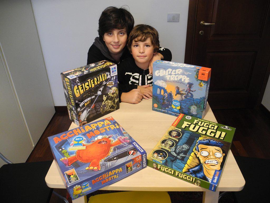 Davide e Lorenzo con i quattro giochi a tema mostri e fantasmi di cui stiamo per parlare