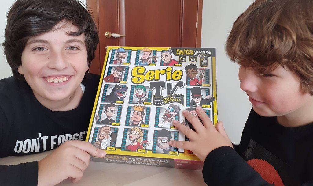 """Davide e Lorenzo con la scatola dal gioco """"Serie TV"""""""