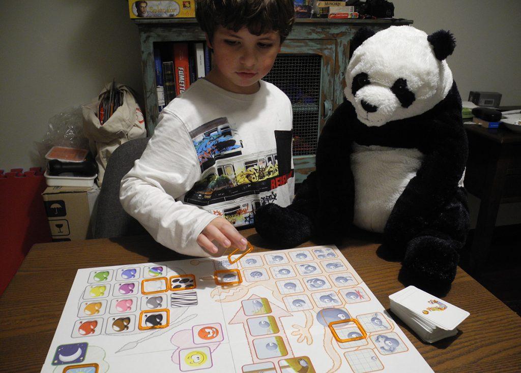 Lorenzo dà gli indizi a Concept Kids -Animali per far indovinare Panda, il suo animale preferito!