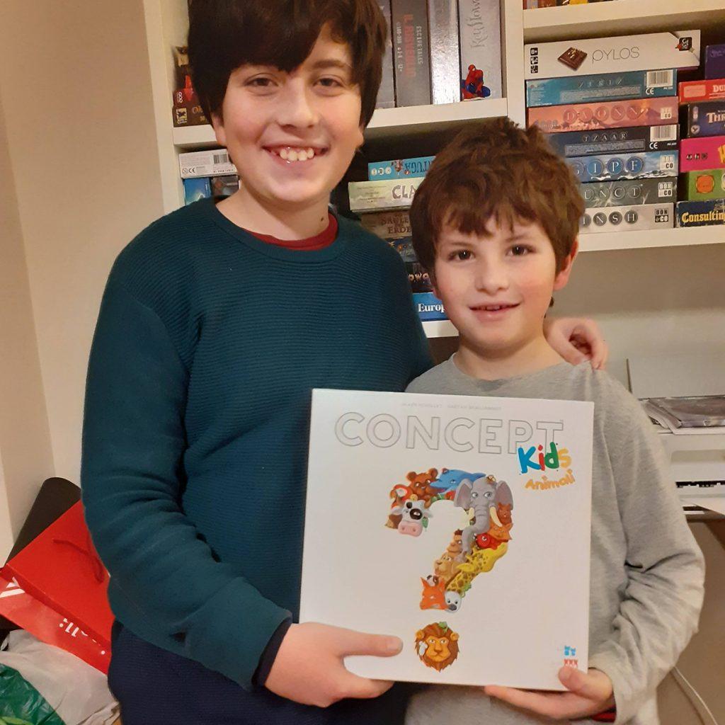 Davide e Lorenzo con la scatola di Concept kids - Animali