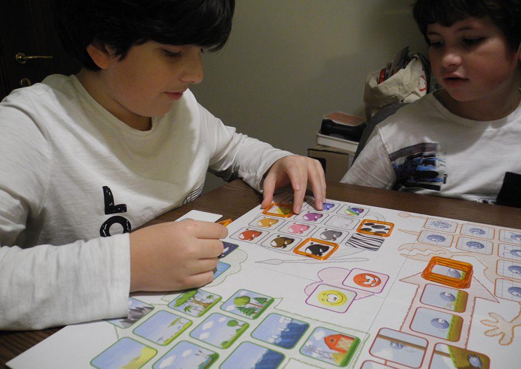 Davide concentrato sugli indizi da dare per far indovinare l'animale sulla sua carta