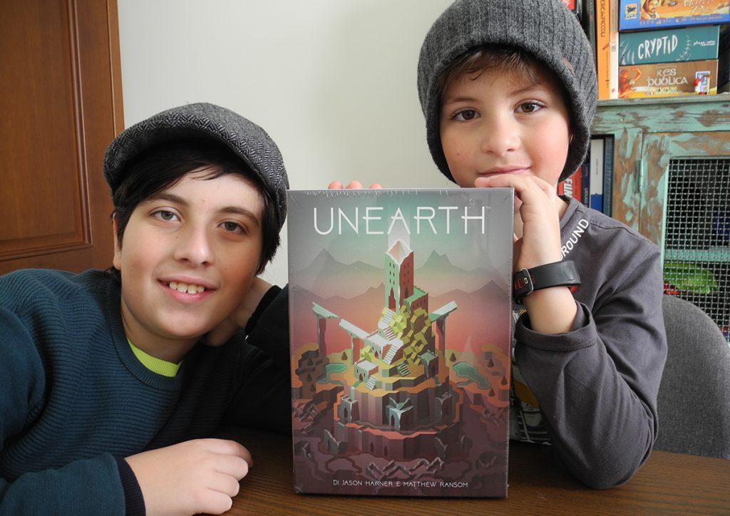 """Davide e Lorenzo con la scatola ancora sigillata di """"Unearth"""""""