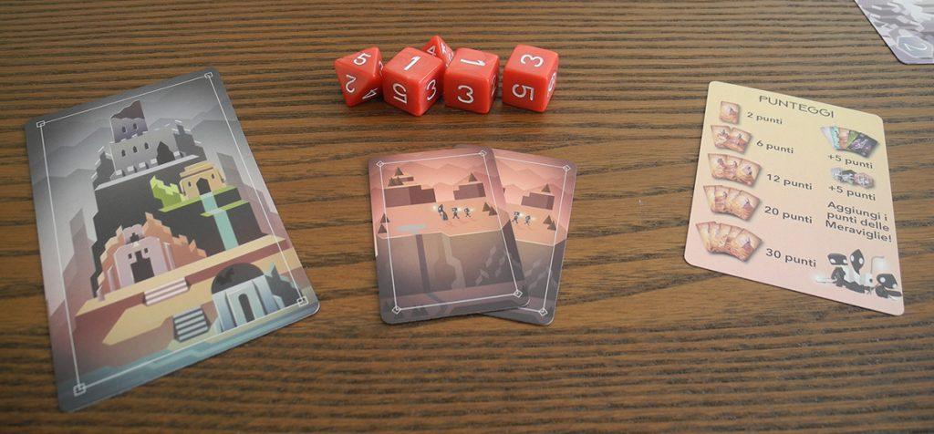 """La dotazione iniziale dei giocatori in """"Unearth"""": set di dadi, 2 carte costruttore, una carta rovina, una carta punteggio"""