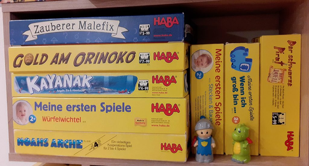 Uno scaffale con alcuni dei giochi Haba della nostra collezione