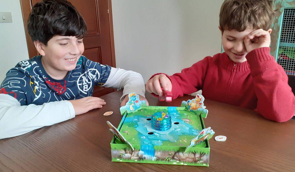 Davide e Lorenzo giocano divertiti a Funkelschatz