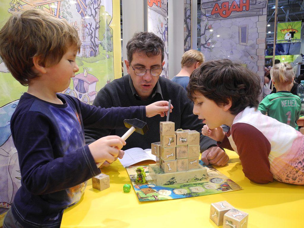 Carlo e i bambini giocano allo stand della Haba ad Essen nel 2016