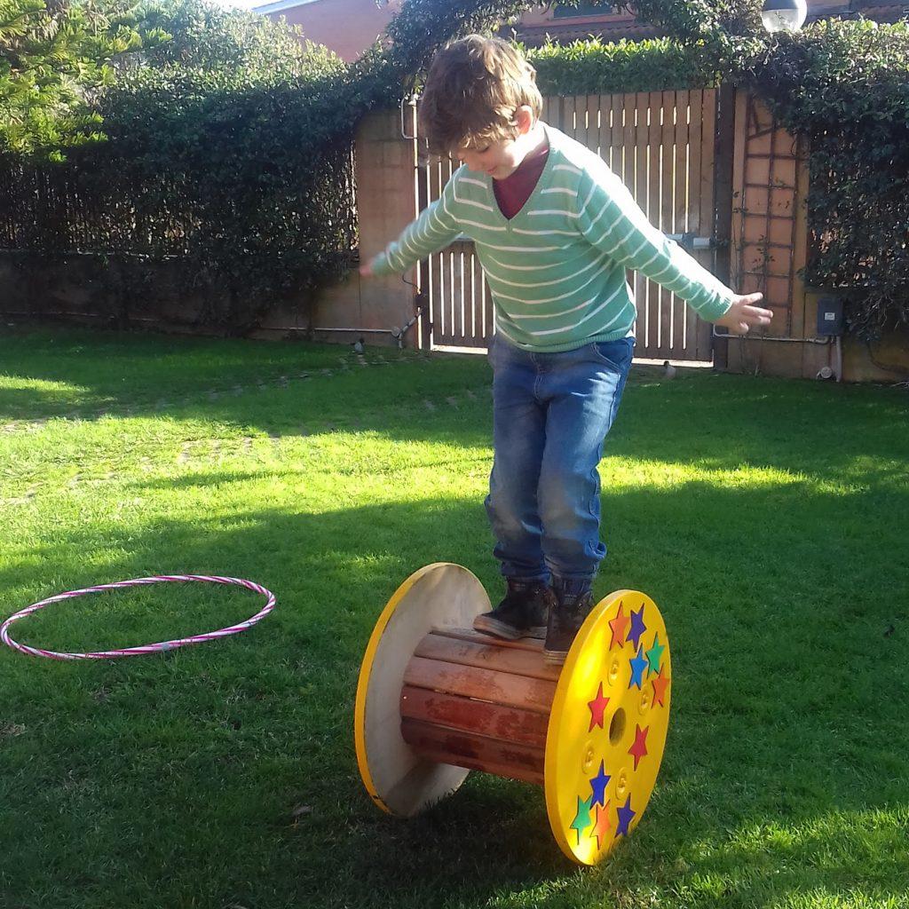 Lorenzo cammina in equilibrio sul suo rullo da circo
