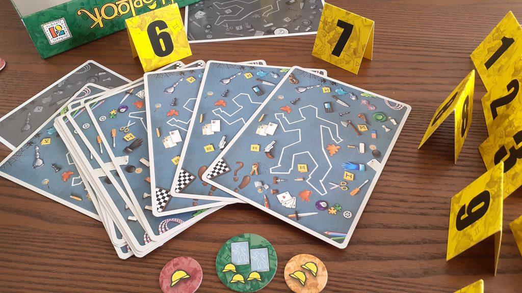 """I pezzi del gioco """"Sherlook"""", carte, gettoni e cartoncini numerati da 1 a 10"""