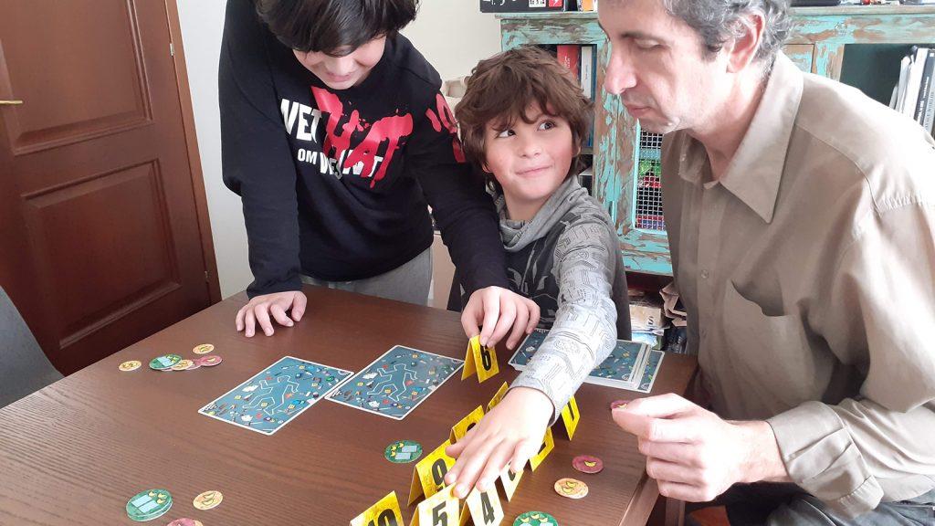 """Partita in corso al gioco di osservazione """"Sherlook""""; Davide e Lorenzo afferrano il cartoncino con il numero di differenze che hanno trovato"""