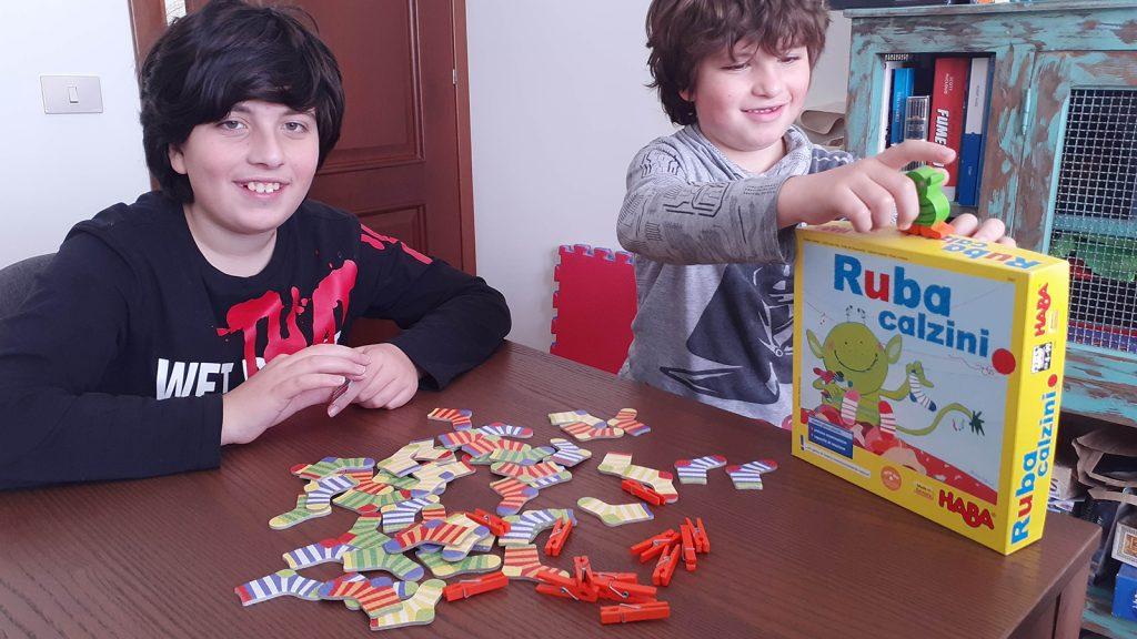 Davide e Lorenzo al tavolo da gioco, con tutti i pezzi davanti, pronti per iniziare la partita