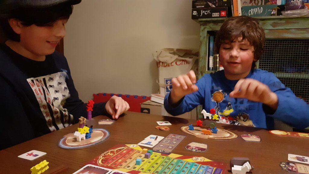 Davide e Lorenzo hanno appena finito di preparare la loro esibizione e con cautela sollevano le mani dal tavolo