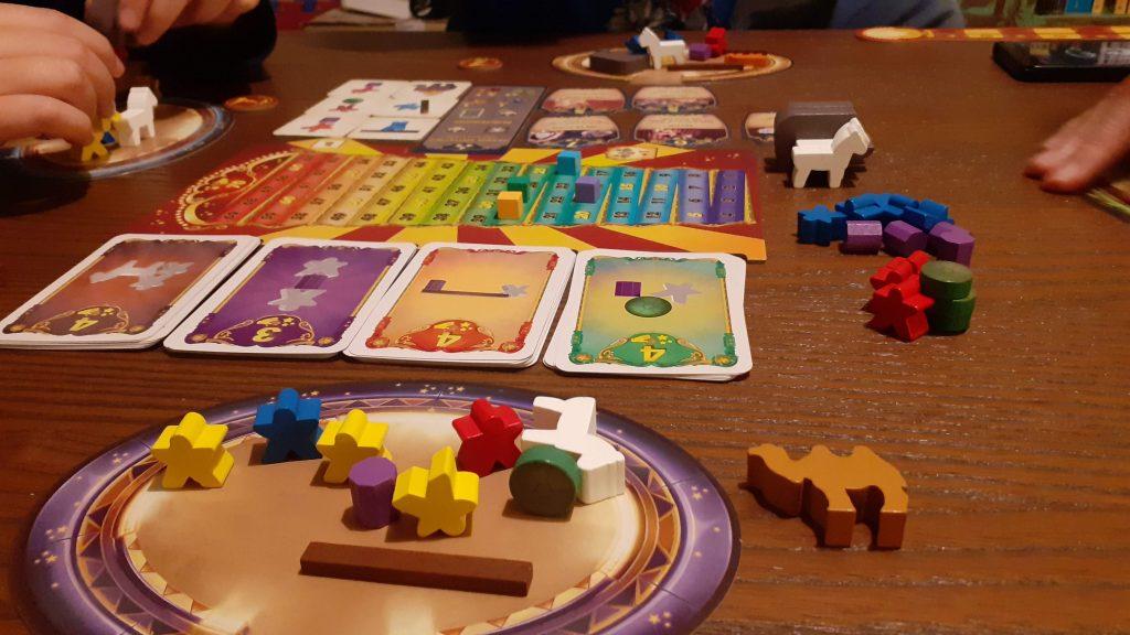 I pezzi del gioco, carte per la scelta delle figurazioni, tessere, plancette e tanti meeples, animali e oggetti per comporre le acrobazie