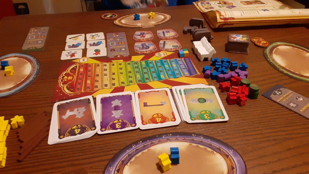 Setup iniziale di Meeple Circus: ogni giocatore ha una plancetta che rappresenta la pista del circo, un meeple giallo e uno blu