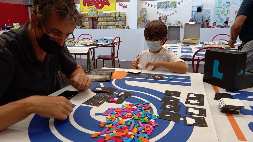 """Partita a """"Project L"""" al Play 2021. Carlo e Lorenzo studiano concentrati le prossime azioni"""