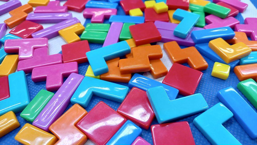 I Polimini colorati di Project L sparsi sul tavolo